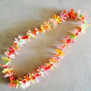 Activité de bricolage enfants pour réaliser un collier de fleurs hawaïen