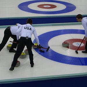 Le curling est un jeu traditionnel écossais datant du 16 ème siècle. A cette époque les écossais poussaient des pierres sur la surface des mares et des étendues d'eau glacées. Pr