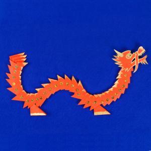 Fabriquer un dragon pour le Nouvel an chinois en origami. Grâce à la technique de l'origami modulable 3D, les enfants vont travailler leur patience et seront ravis du résultat.