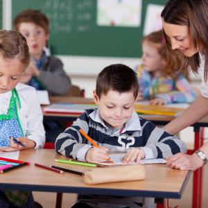 Les États signataires se sont engagés à créer les conditions pour que tous les enfants puissent assurer une école primaire gratuite et obligatoire.