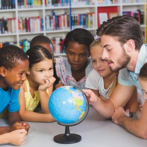 Les conditions pour l'éducation des enfants doivent être réunies.L'enfant a le droit d'être protégé contre tout travail mettant en danger sa santé, son éducation ou son développement.Tous les enfants ont droit à l'éducation y compris les enfant
