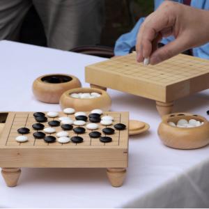 Découvrir le jeu de Go,ses origines, sa composition et les règles simplifiées pour s'initier au jeu.
