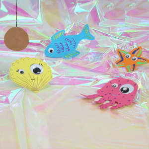 activité de bricolage enfants pour réaliser un jeu de pêche à la ligne