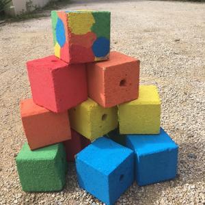 Une activité manuelle à faire avec les enfants pour réaliser un jeu de pétanque en bois. Ce jeu est réalisé à partir de cube de palette en bois, de peinture et de vernis. Un bricolage facile et rapide à faire. Les enfants pourront jouer partout avec ce je