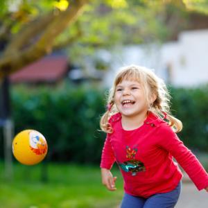Le jeu de ballon stop se joue en cercle avec un ballon. Le ballon est lancé, un nom est crié, tous les joueurs s'immobilisent ... qui sera touché et qui devra lancé le ballon à son tour ?