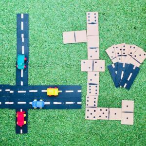 Un jeu de domino qui fait aussi circuit de voiture ! Une activité manuelle facile et rapide à faire avec les enfants. Les dominos sont en bois à peindre. Un joli jeu 2 en 1, que vos enfants pourront transporter partout avec eux !
