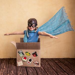 Le jeu du pousse carton consiste à pousser un carton à l'aide d'une balle ou d'un ballon jusqu'à un mur ou une ligne. Deux équipes s'affrontent. Les enfants lancent chacun leur tour. Un jeu idéal pour animer un anniversaire ou une fête !