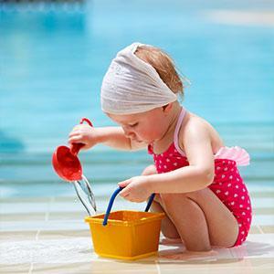 Le jeu du transfert est un jeu d'eau destiné aux plus petits. Il leur permet de jouer et de travailler leur dextérité et leur concentration. Le but du jeu est simple : transférer de l'eau d'un sceau à un autre à l'aide d'une petite pelle en plastique ou u