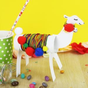 Découvrez cette activité en récup. Fabriquez un joli lama à partir d'un rouleau de papier toilette. C'est une activité qui sera parfaite pour décorer une maison, un anniversaire ou même à offrir en cadeau à toute la famille !