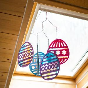 Une activité manuelle de Pâques pour réaliser un mobile de pâques avec des œufs en papier vitrail à suspendre dans la chambre des enfants. Un bricolage de paques idéale pour les maternelles. Une jolie décoration de paques facile et économique à réaliser.