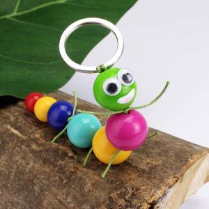 Une activité manuelle pour réaliser un porte-clés chenille en perles. Un bricolage facile et rapide à faire avec les enfants grâce au pas-à-pas détaillé. Un objet pratique, joli et très coloré qui vous accompagnera au quotidien pour vous aider à retrouver