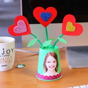 Une activité récup' avec des gobelet en carton pour réaliser un pot de fleurs à offrir pour la fete des meres et la fete des peres. Un bricolage économique et original. Collez une photo sur le pot pour rendre ce pot de fleurs unique !