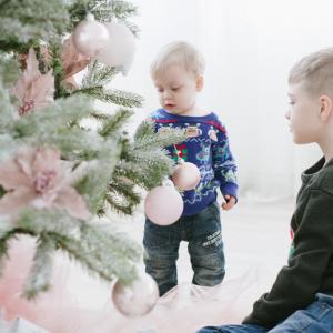 """Pour la fête de """"Jul"""", les peuples nordiques (scandinaves et nordiques) plantaient un sapin devant leurs maisons. Au XVIIIe siècles l'arbre de Noël fait son entrée dans les églises. Avant que l"""