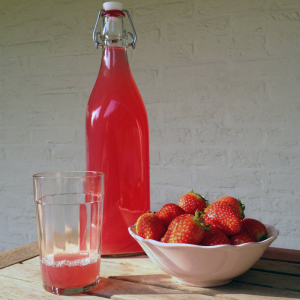 Le sirop de fraise est très facile à faire et va régaler les enfants ! Une bonne idée de boisson à préparer s'il vous reste des fraises au frigo.
