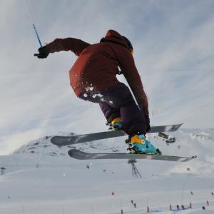 Le ski acrobatique est né aux Etats Unis dans les années 1960. Retrouvez toutes nos explications sur le Ski acrobatique et les épreuves des Jeux d'hiver.      Le ski acrobatique est une combinaison du ski alpin et de figures acrobati...