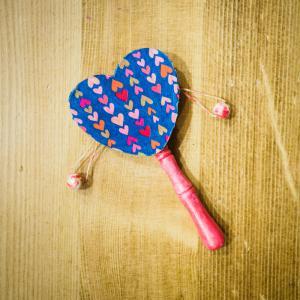 Une activité manuelle à réaliser avec les enfants pour faire un joli tamtam pour la fete de la musique. Un loisir créatif avec du décopatch, de la peinture, du vernis et des marqueurs qui transformera un simple tam-tam en bois en un unique et bel instrume