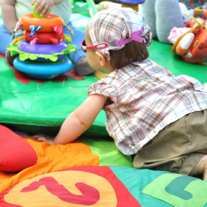 Choisir avec soin le tapis d'éveil de son bébé. Le tapis d'éveil permet de changer l'univers de bébé alors que sa position corporelle change peu. Le tapis d'éveil est un lieu d'e