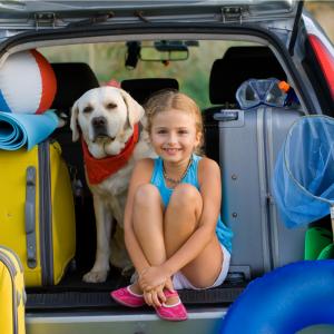 Comment préparer le voyage en voiture avec les enfants ? C'est enfin les vacances, mais entre les bouchons, les coups de chaleur et les kilomètres à faire, les voyages en voiture peuvent être long pour les enfant