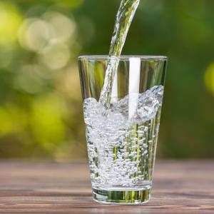 L'eau est insipensable à la vie humaine. Si un homme peut survivre plus d'un mois sans se nourrir, il ne peut pas vivre plus de 3 jours sans eau! L'eau est aussi indispensable à l'hyg