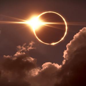 Lorsque la lune se trouve entre le soleil et la terre, la lune projette un cône d'ombre sur la terre, ce phÈnomËne s'appelle une eclipse de soleil.