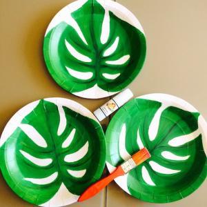 activité de bricolage enfants pour réaliser des assiettes aux motifs de feuilles tropicales pour un buffet d'anniversaire