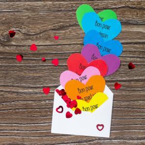 Vous cherchez un cadeau de dernière minute et avec peu de matériel pour la Fête des mères, la fête des pères, des grands-mères, des grands-pères, pour la saint valentin ou simplement pour faire un cadeau ? Alors ces bons sont parfaits ! Ils vous faudra ju