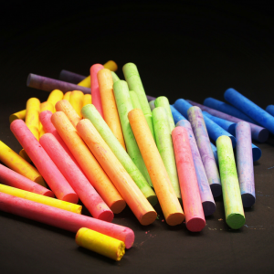 Les cibles sont un jeu d'adresse et de craie idéal à faire pendant les beaux jours d'été. Les cibles sont tracés au sol avec de la craie, et il ne reste plus qu'à lancer des objets pour essayer de les atteindre !