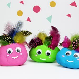 Une superbe décoration de Carnaval ! Ces galets rigolos et colorés sont une activité parfaite pour le Carnaval. Une activité récup et très simple à réaliser avec les enfants de tout age.