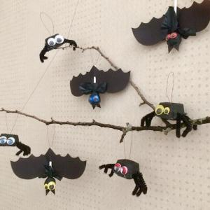 Des guirlandes gourmandes d'Halloween pleines de bonbons à accrocher au plafond pour Halloween afin de décorer la maison le soir d'Hallloween. Elles sont composées d'araignées et de chauves-souris qui plairont beaucoup aux enfants.
