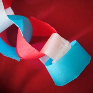 Activité de bricolage enfant pour bricoler des guirlandes tricolores pour le 14 juillet