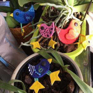 Des oiseaux à réaliser en pâte à sel pour faire de jolies décorationsdeprintemps. Une activité manuelle qui permettra aux enfants d'apprendre à faire de la pâte à sel grâce à la recette simple et détaillée. Des oiseaux en pâte à sel, à décorer avec de l