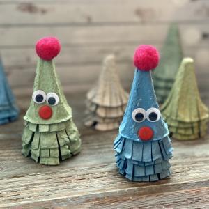 Activité de bricolage enfants pour réaliser des petits sapins en papier à accrocher. copie