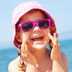 es coups de soleil ne sont pas les seules conséquences d'une exposition excessive au soleil. Avec les années, après une exposition trop prolongée aux rayons UV et les coups de soleil répét&