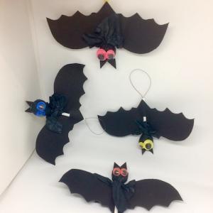 Ces jolies suspensions d'Halloween sont composées de chauves souris. Ils forment une guirlande monstrueusement gourmande pour fêter Halloween. A accrocher dans la maison pour le passage de vos petits monstres le jour d'halloween et pour leur plus grand pl