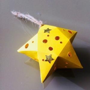 Une activité pour réaliser une étoile de Noël en papier à suspendre à votre sapin ou à un arbre.