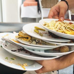 une étude du WWF démontre qu'un quart de la nourriture achetée par les ménages termine à la poubelle et non dans nos assiettes ! A priori le chiffre a de quoi surprendre, et on a tendance &a