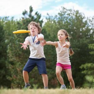 L'ultimate est un jeu de d'extérieur que l'on retrouve souvent dans les centres aérés. Le jeu se joue avec un frisbee avec deux équipes qui s'affrontent. Un jeu qui se joue généralement sur un terrain de handball à l'extérieur.