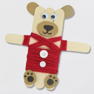 Aujourd'hui, nous allons apprendre à fabriquer des oursons mignons vêtus de gilets en utilisant simplement des bâtonnets de glace et de la laine ! Grâce à des aimants vous pourrez facilement transformer ces oursons en magnets afin de les accrocher sur le