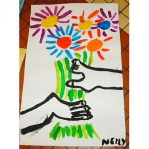 Peinture inspirée du tableau de Picasso : les mains au fleurs. Une façon amusante de faire découvrir l'art et Picasso aux enfants.
