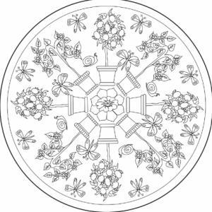 Ce mandala est construit avec des pots de fleurs et arbustes en cercle. Un mandala complexe sur le thème du jardin et des fleurs.