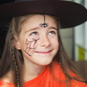 Un jolie maquillage d'araignée sur sa toile qui sera parfait pour un déguisement de sorcière. C'est un maquillage très simple et qui prend très peu de temps à faire. Votre enfant sera prêt à aller effrayer les voisins pour leur demander des sucreries !