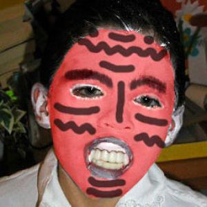 Comment réaliser un monstrueux maquillage de démon  pour Halloween ? Maquillage simple et rapide pour les enfants de tout age. Ce maquillage effrayant sera parfait avec un déguisement le soir d'Halloween