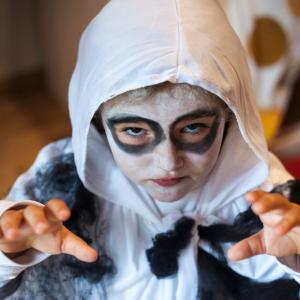 Comment réaliser un maquillage de fantôme ? Une idée de maquillage de fantôme tout mignon et gentil pour la transformation des enfants qui souhaitent se déguiser pour Halloween. Ce maquillage ne demande pas beaucoup de matériel est est très simple !