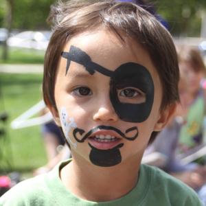 Un maquillage de pirate très simple à réaliser pour Halloween. Ce maquillage nécessite très peu de matériel pour un résultat garanti. Il ne prendra que 10 minutes et votre enfant sera très heureuse de ressembler à un pirate effrayant !