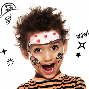 Voici un tuto simple pour apprendre à maquiller votre enfant en pirate ! Le maquillage pirate est incontournable lors du Carnaval, des fêtes d'enfants déguisés ou encore à Halloween. Ici, nous vous apprenons à dessiner un bandanas de pirate sur le visage