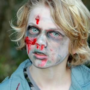 Comment réaliser un maquillage de zombie simple et très facile à faire pour déguiser un enfant en zombie. Avec ce maquillage il sera facile de trouver quelques vêtements dans la penderie pour transformer votre enfant en zombie effrayant pour Halloween !