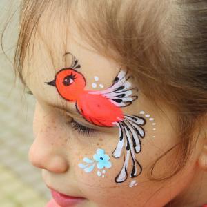 Une idée de maquillage d'oiseau pour enfant. Un maquillage simple pour réaliser un maquillage d'oiseau sur le visage de votre enfant. Le dessin est simple et le motif laisse les yeux bien dégagés ce qui en fait