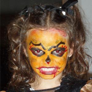 Comment réaliser un maquillage de sorcière maléfique d'Halloween. Un maquillage de sorcière à la peau orange. Normal, cette sorcière a certainement mangé trop de citrouille ! C'est un maquillage idéal pour Halloween !