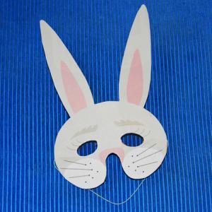 Le masque de lapin blanc peut être préparé pour le Carnaval, un anniversaire ou pour se déguiser le mercredi après midi. Le masque peut être imprimé en version coloriée