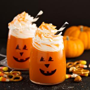 Découvrez comment réaliser très simplement et très rapidement ce milkshake à l'orange parfait pour Halloween. N'hésitez pas à mettre de la chantilly pour plus de gourmandise !